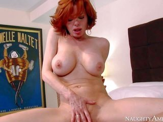 screwing starved red-haired MILF Veronica Avluv takes off her undies plus takes companions steely 10-Pounder up her fairy. Her sons acquaintance goes