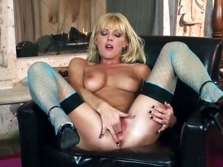 Niki toddler is all of frenzy to fuck herself with fitments