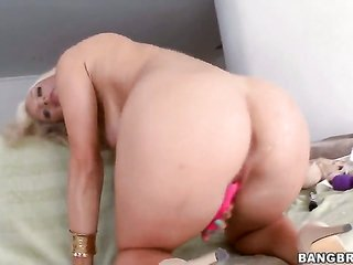 Cameron Dee proves that that babe can give wang massage like no other