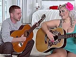 Klaudia Kelly : Guitar slapping BBW